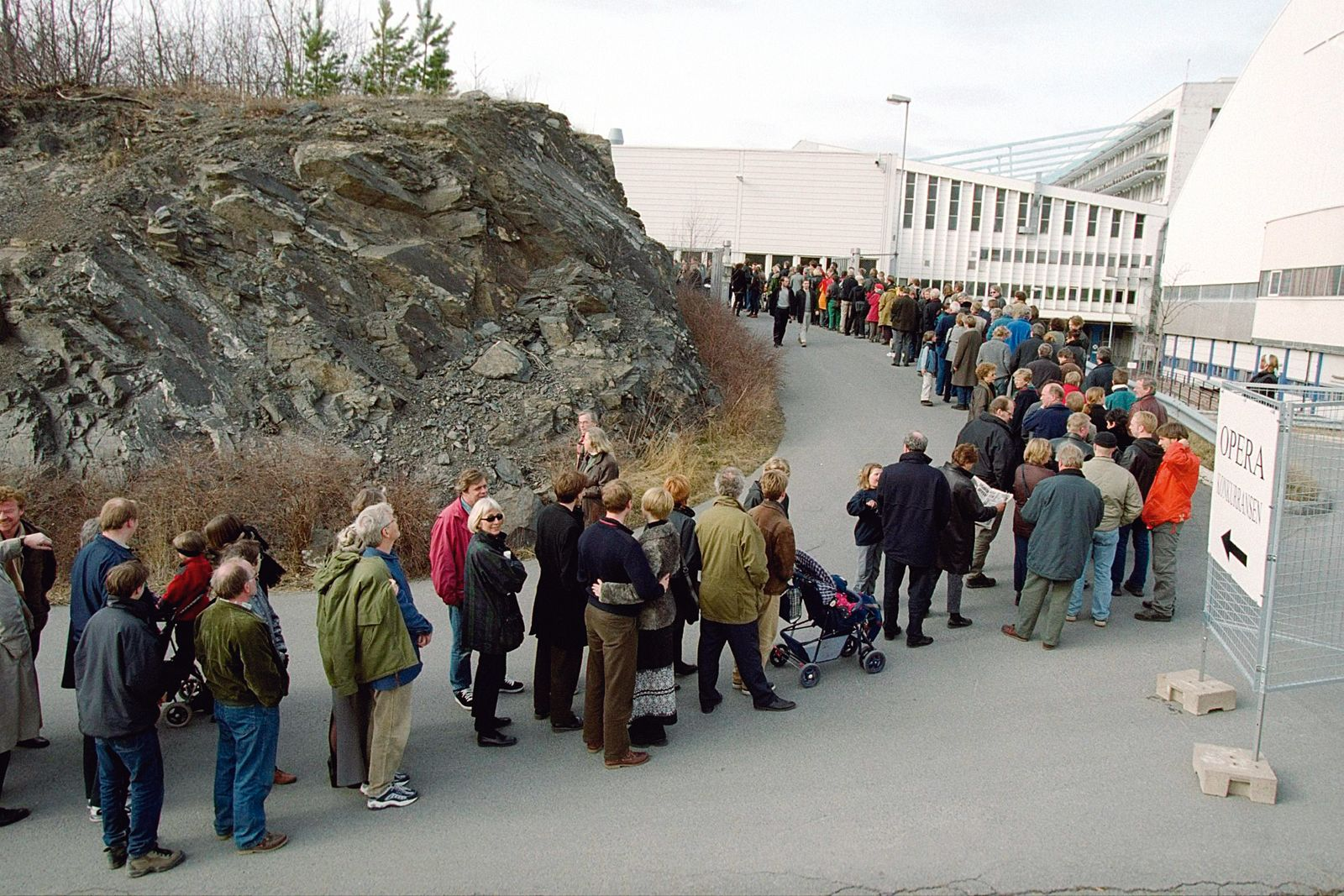 Many people wanted to see the competition entries. From the queue  for the exhibition at Fornebu, 2000. Photo: Jon Hauge/Scanpix