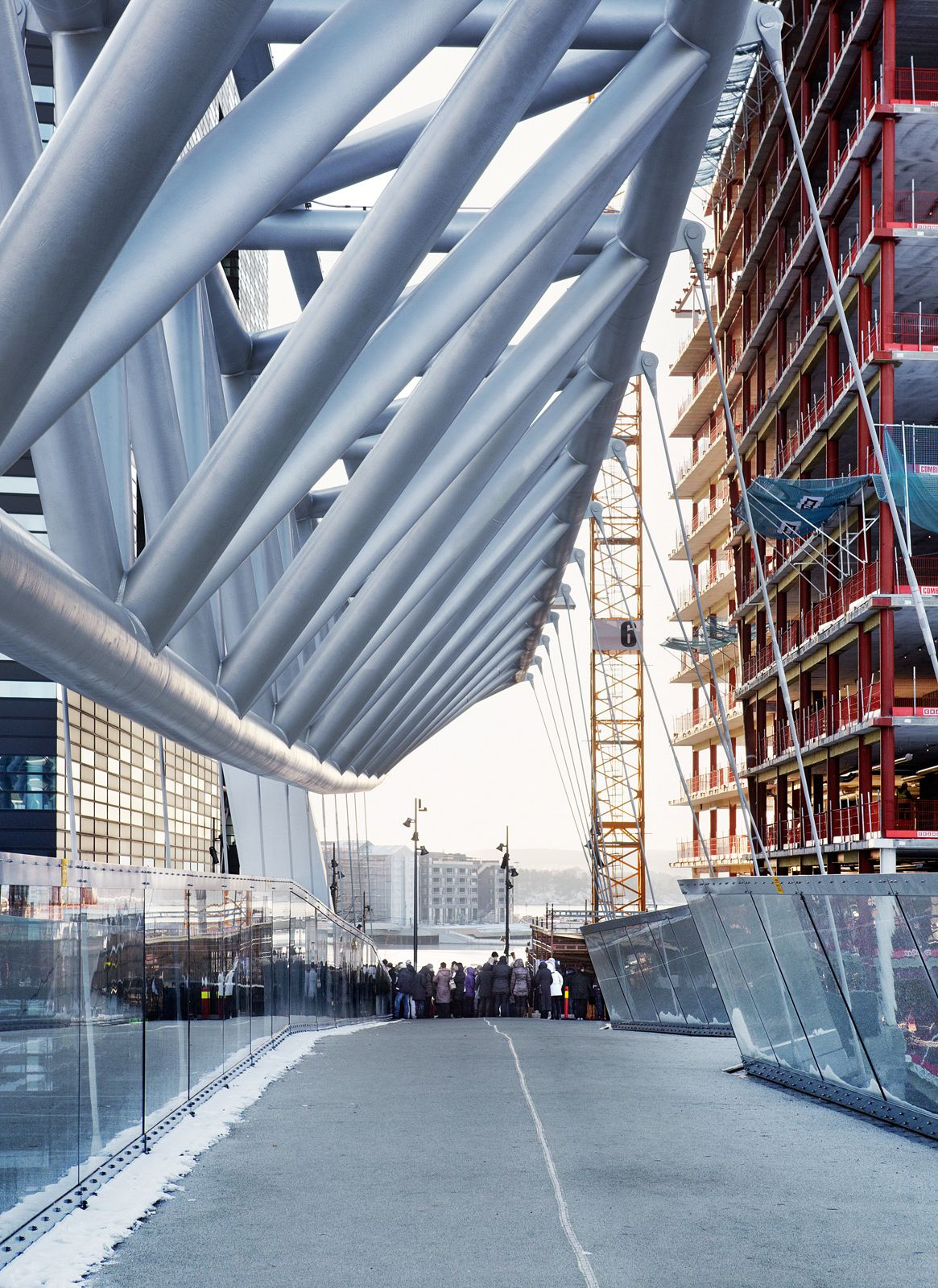 Pedestrian bridge across the tracks at Oslo Central Station, with a view of Bjørvika. L2 Arkitekter AS and Rambøll Norge. Photo: Ivan Brodey.