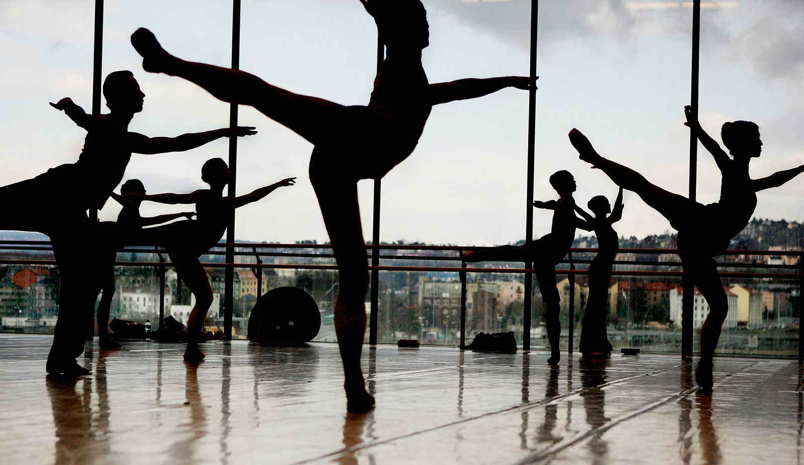 Dancers in the rehearsal space. Photo: Kim Nygård, from _Operaen_