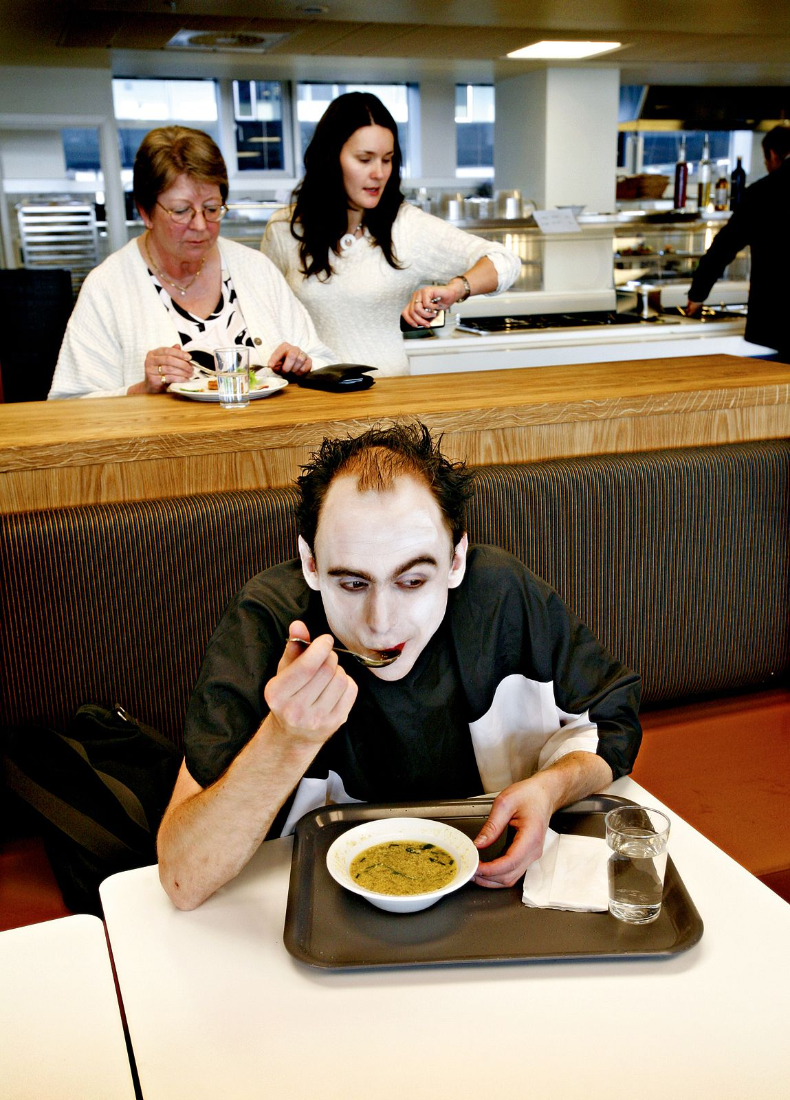 Mime artist Martin Hasselgren in the canteen. Photo: Katrine Nordli. From _Operaen_